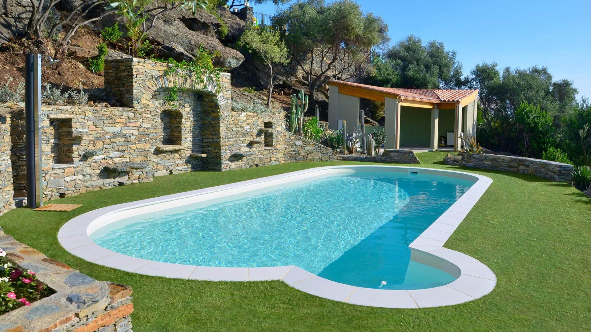 Piscina Su Terreno In Pendenza piscina ovale olivia: lo spazio ideale per nuotare